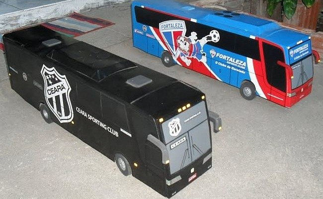 No carrinho: miniaturas de ônibus de times