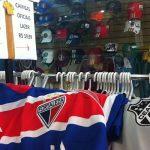 A loja Só Gol, de São Paulo, vende camisas de 2 mil times e seleções (Fotos: Emmanuel Macêdo)