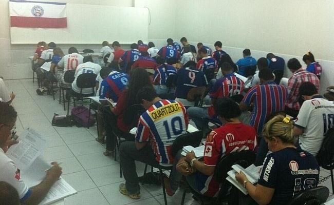 Sala de aula veste camisas do Bahia
