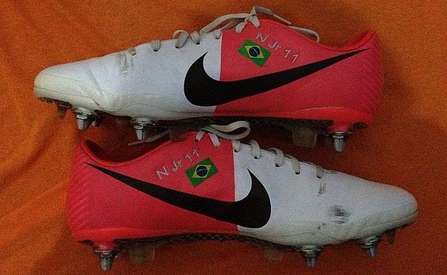 Fã tem chuteiras de Messi, Neymar e CR7