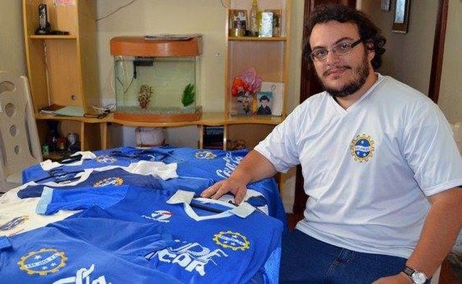 Torcedor coleciona camisas do São José