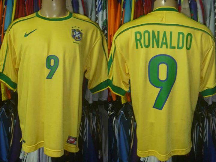 Brechó de Porto Alegre fica famoso entre colecionadores de camisas ... cdbf040f94cbd