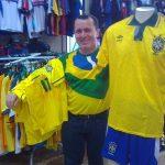 Paulo Sérgio Vasconcelos mantém a loja de esportes há 30 anos (Foto: Rafael Luis Azevedo)