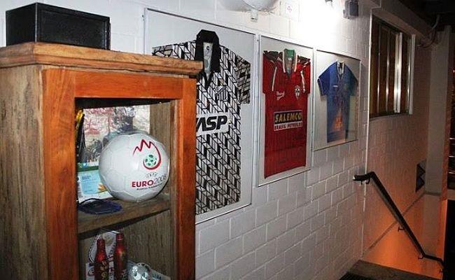 Bar de São Paulo vende camisas de futebol