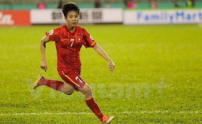 Jogadora faz um gol olímpico com cada pé