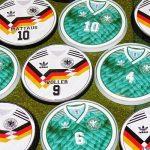 A Adidas dominou a distribuição de uniformes na Copa do Mundo de 1990, com 15 das 24 seleções (Foto: Reprodução)