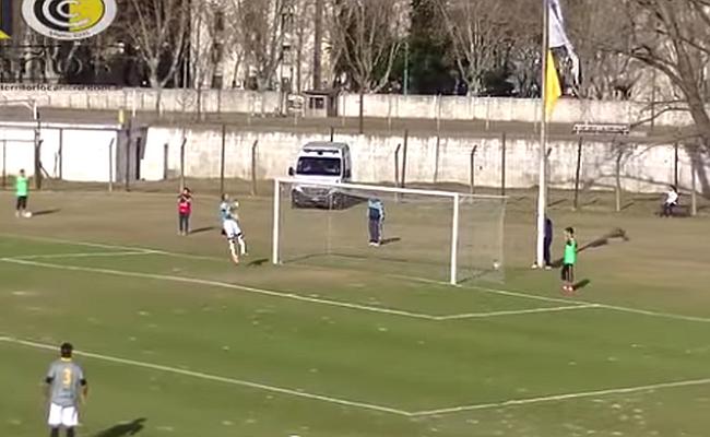 Goleiro joga a bola contra o próprio gol