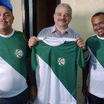 O time do técnico cego recebeu da FCF uniformes titular e reserva, roupa de treinador e 10 bolas oficiais. Homenagem de Mauro Carmélio, presidente da entidade (Foto: Verminosos por Futebol)