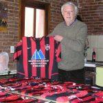 Fidel Voglino tem 164 camisas de times com listras verticais rubro-negras, de 100 países (Foto: Acervo pessoal)