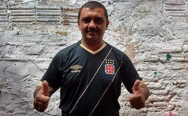 Homem de mil gols ganha camisa do Vasco