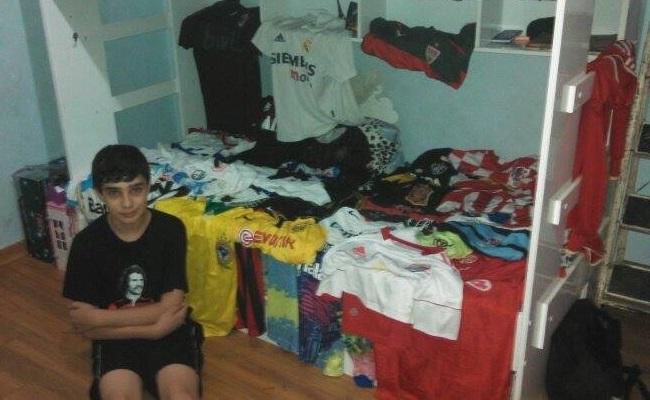 Ele tem 13 anos. E 60 camisas de futebol