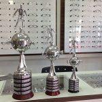 A loja Zanis Troféus, de Laurentino-SC, comercializa réplicas da taça da Libertadores (Foto: Divulgação)