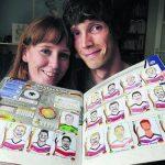 Alex e Sian ficaram famosos por seus desenhos bizarros das figurinhas da Panini (Foto: The Sun)