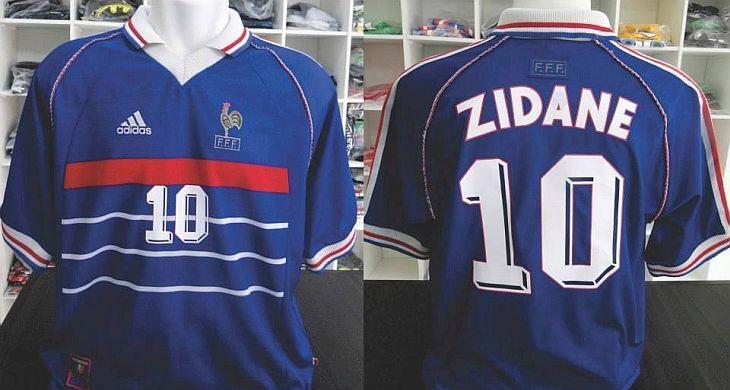 58e8cd537dcef Colecionador tem quase todas as camisas da Copa de 1998