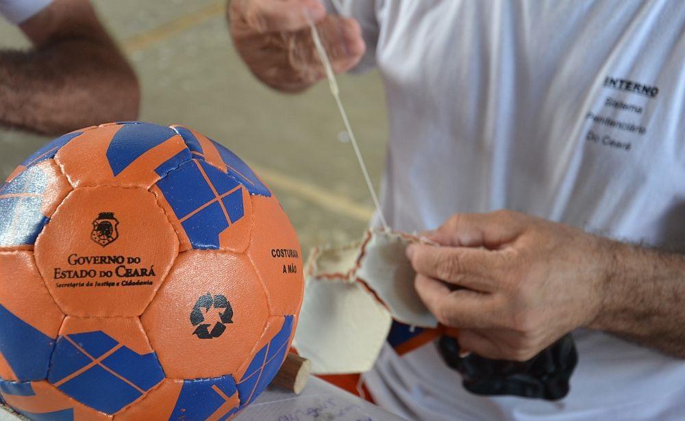 O trabalho garante ao preso R  3 por bola e um dia a menos de pena a cada  três de serviço (Foto  Carlos Gibaja e Max Marduque Governo do Ceará) 40e00ad91afdf