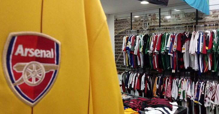 Loja de shopping de Curitiba é especializada em camisas de futebol antigas