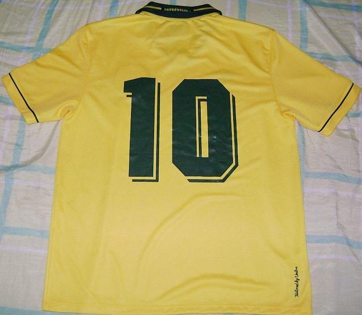 1d40201c18f17 A Umbro desenvolveu camisas temáticas para os clubes que patrocinava (Foto   Hamilton Kuniochi)