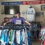 O comerciante é o maior colecionador de camisas do Aimoré-RS (Foto: Acervo pessoal)