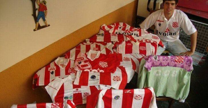 Torcedor do Bangu tem uma coleção maravilhosa de camisas do time