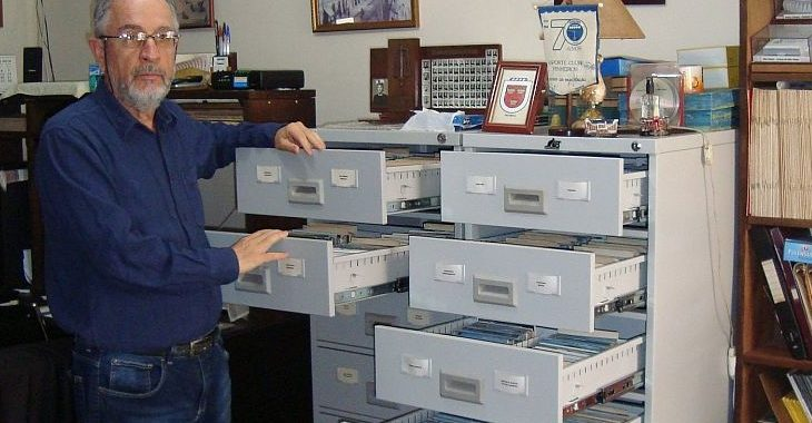 Paranaense tem 6 mil cartões postais de estádios de todos os países do mundo