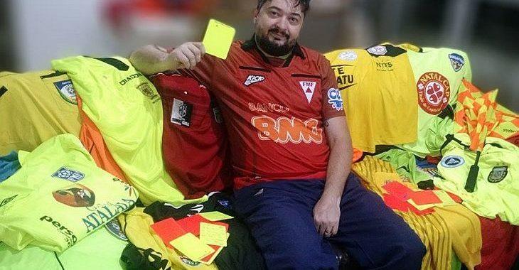 Colecionador de camisas de árbitros de futebol exibe 11 pérolas de seu acervo