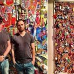 Simon Moses, o pai, fã do futebol brasileiro, tem 66 cachecóis de times do país (Foto: Acervo pessoal)