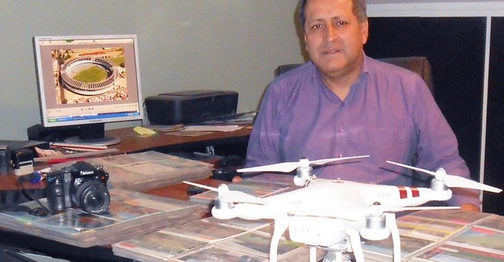 Este equatoriano já viajou a 1.000 estádios de 90 países para produzir postais