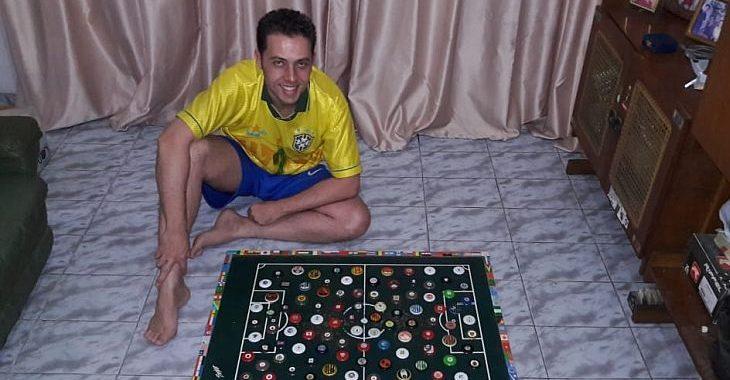 Este cara joga contra si mesmo torneios com 782 times de futebol de botão