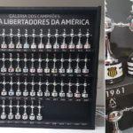 O quadro reúne taças dos campeões desde 1960, com espaço até 2023 (Foto: Divulgação)