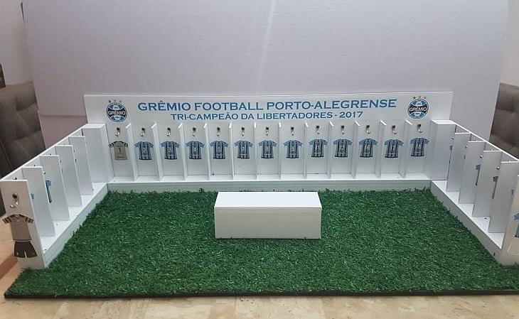 A empresa também vende miniaturas de vestiários de clubes, com medidas de 65cm x 28cm, vendidas por R$ 780 (Foto: Divulgação)
