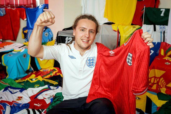 bebea5789f Nick Warrick tem cerca de 1.000 camisas, incluindo as 211 seleções Fifa  (Foto: Reprodução)