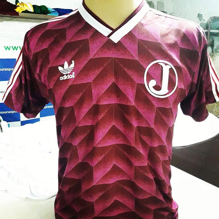 Hamilton ganhou do Mourasport uma camisa inspirada na Holanda de 1988 (Foto: Mourasport)