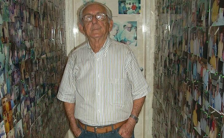 Airton Fontenele (em foto de 2008) acumulou um acervo de futebol grandioso em sua casa (Foto: Rafael Luis Azevedo/Verminosos por Futebol)