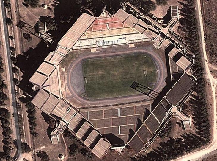 Não há um anel de concreto que circunde o gramado uniformemente (Foto: Reprodução Google)