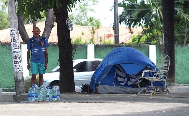 Cláudio Oliveira vive numa praça do bairro de Fátima, em Fortaleza (Foto: Rafael Luis Azevedo/Verminosos por Futebol)