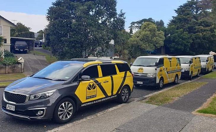 A frota da empresa, de seis veículos, carrega a logo inspirada no escudo (Foto: Divulgação)