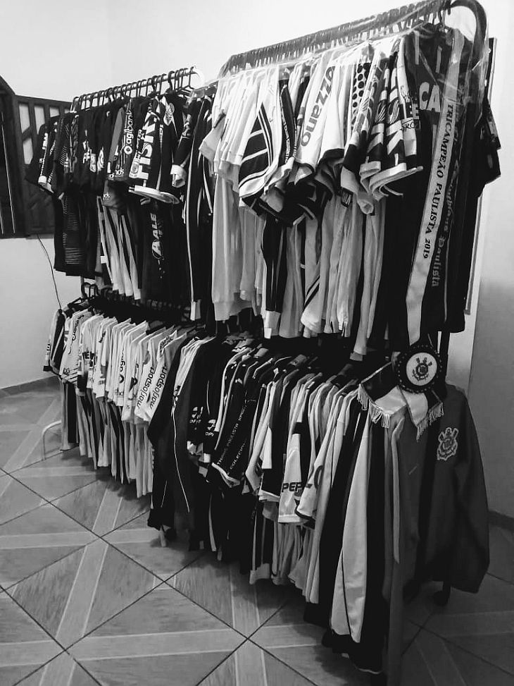 Danny possui 231 camisas do Corinthians, sendo a mais antiga de 1976 (Foto: Acervo pessoal)