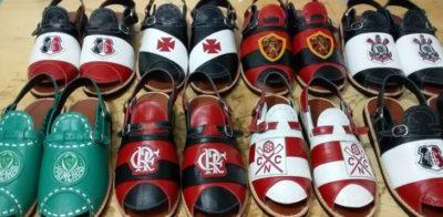 Artesão do Cariri produz sandálias de couro temáticas de times de futebol