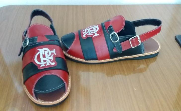 As sandálias de couro do Flamengo são as mais pedidas (Foto: Divulgação)