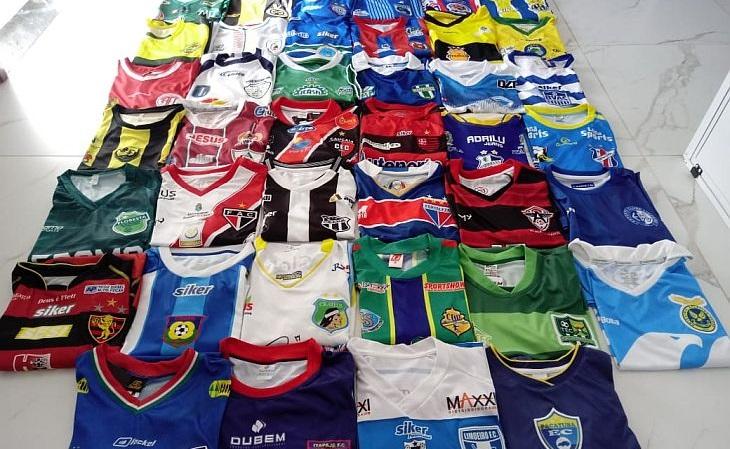 Uma respeitável coleção com 40 camisas de 40 clubes: acervo raro de se ver (Foto: Marco Oliveira)