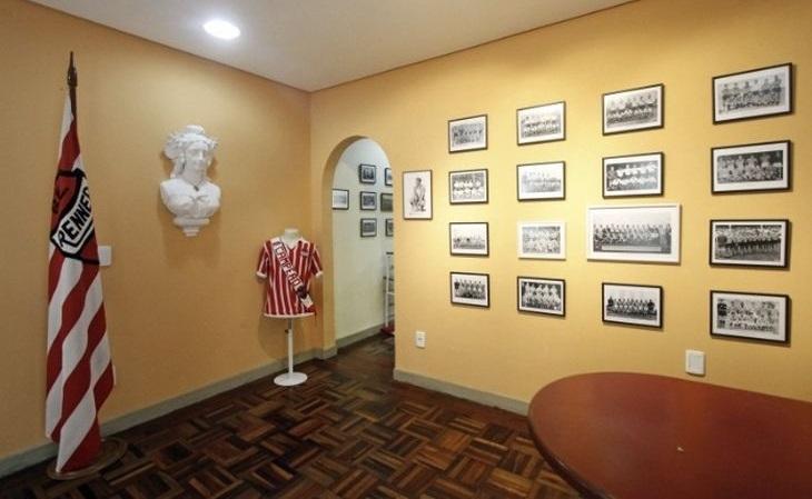Luis Carlos Macchi montou um memorial do Renner em uma de suas residências (Foto: Joyce Rocha/JC)