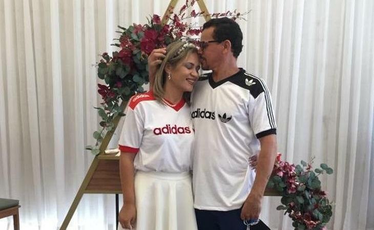 Casal do DF casou vestindo camisas retrô de treino da Adidas dos anos 80
