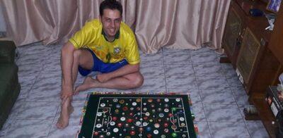 Depois de 16 anos, acabou a temporada de futebol de botão que este cara joga contra si