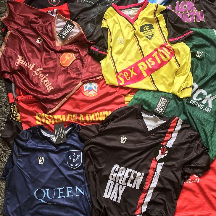 As camisas de futebol de bandas são vendidas por R$ 89,90 (Foto: Divulgação)