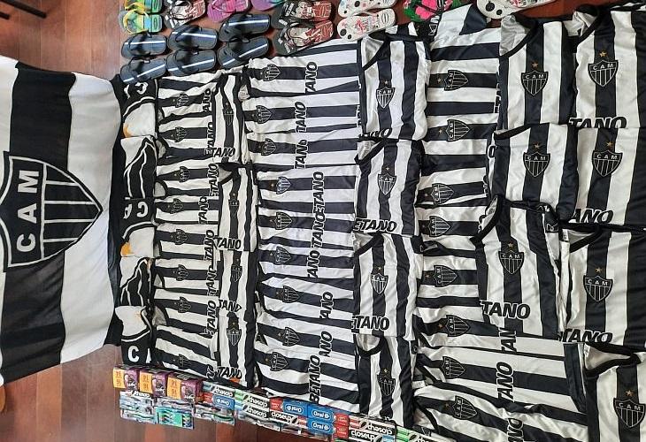 O Galo de Rua já conseguiu comprar 40 camisas para fazer doações (Foto: Galo de Rua)