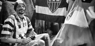 Projeto distribui camisas do Atlético-MG a torcedores que vivem nas ruas de BH