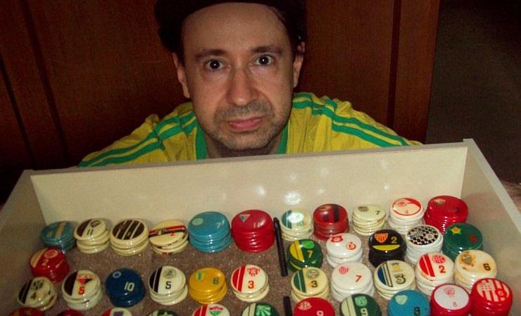 Colecionador tem 1.400 times de botão e joga torneios contra si mesmo desde 1982